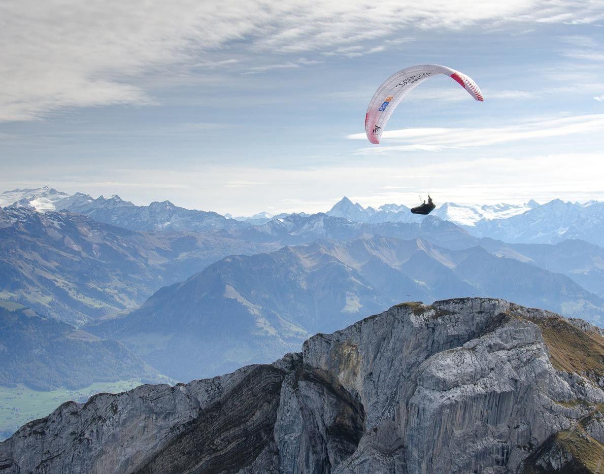 Un parapentiste admire depuis les airs les pics irréguliers du mont Pilate, situé en Suisse.