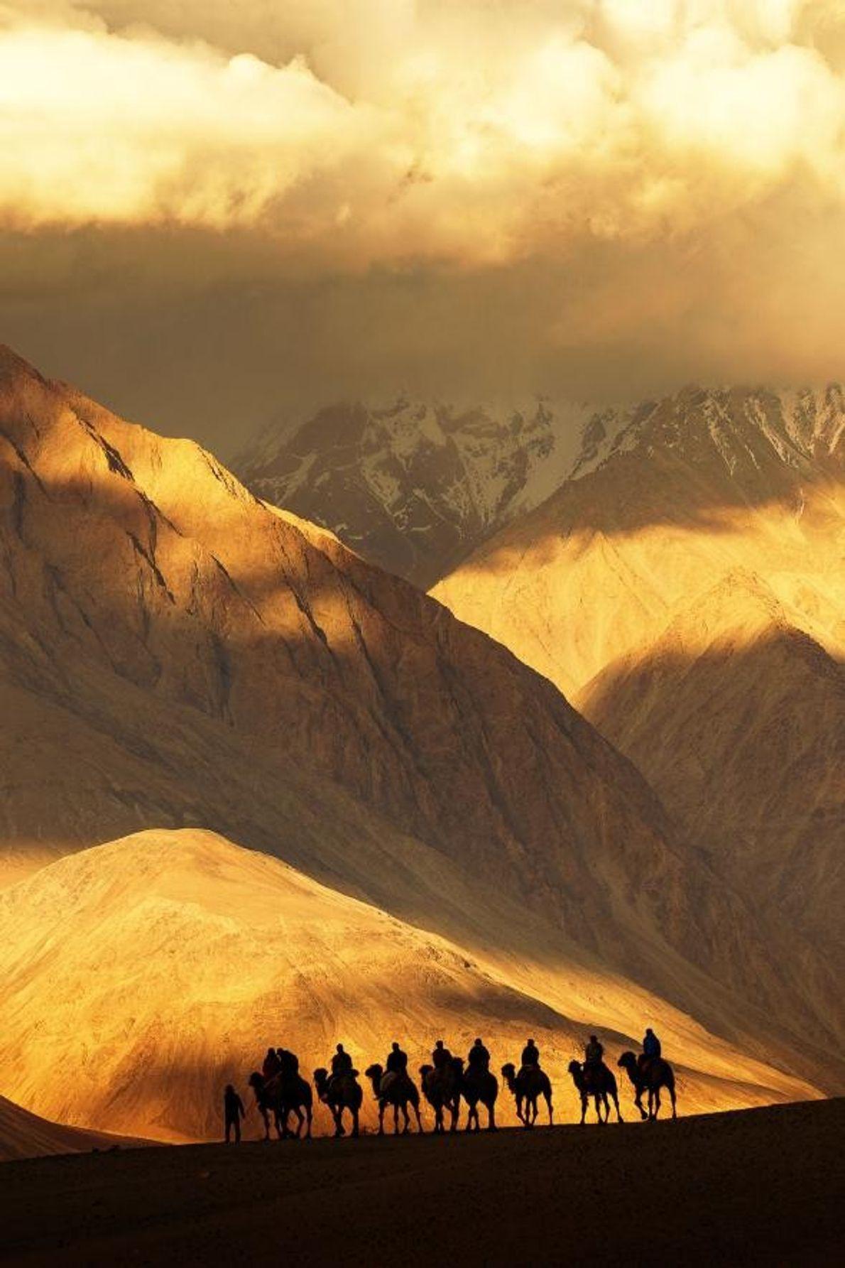 Situé dans l'État de Jammu-et-Cachemire, Khardung La est l'un des plus hauts chemins de montagne au ...