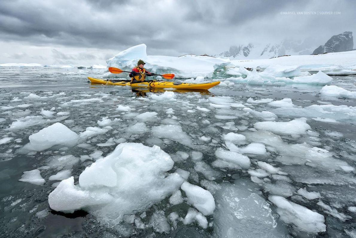 Au milieu des eaux glacés de l'Antarctique, ce kayakiste trace sa route.