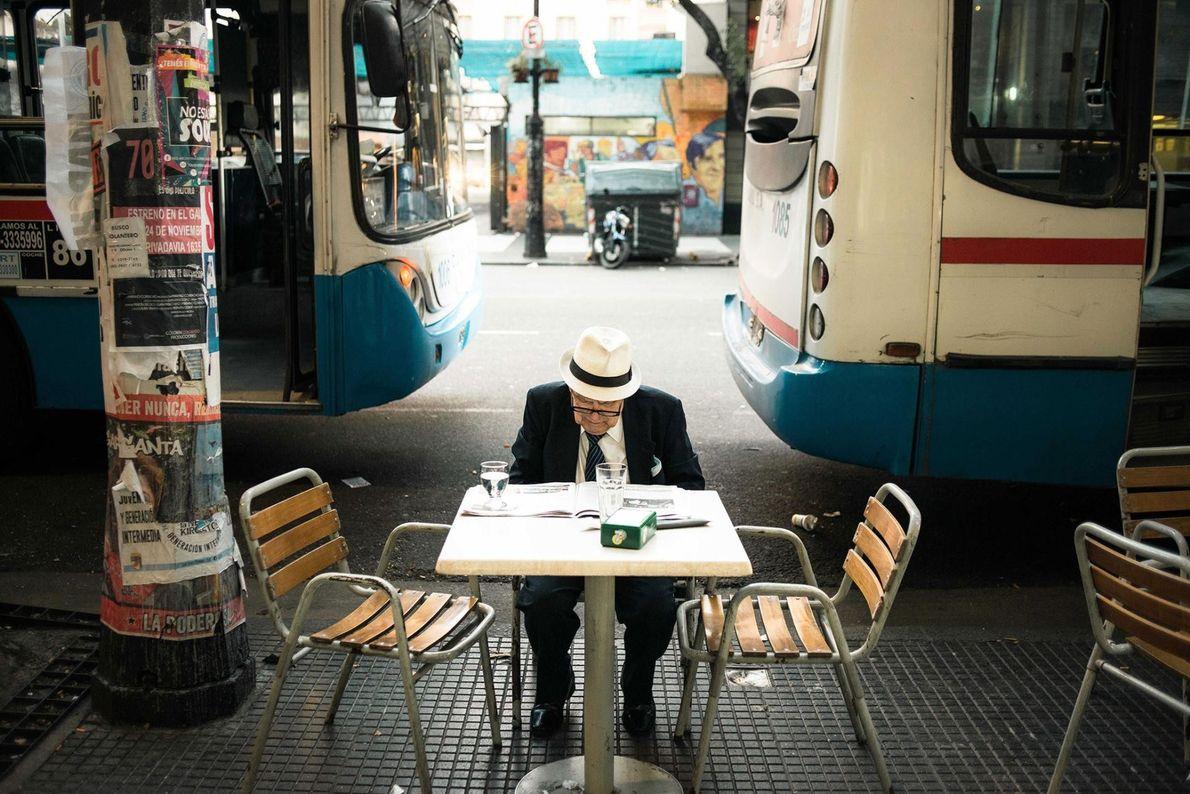 À Buenos Aires, la culture du café invite à se poser un instant, pour lire le ...