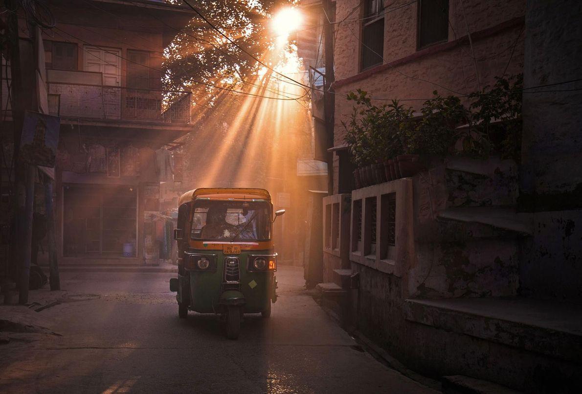 Lorsque le soleil se couche sur Jaipur, la « cité rose » porte à merveille son ...