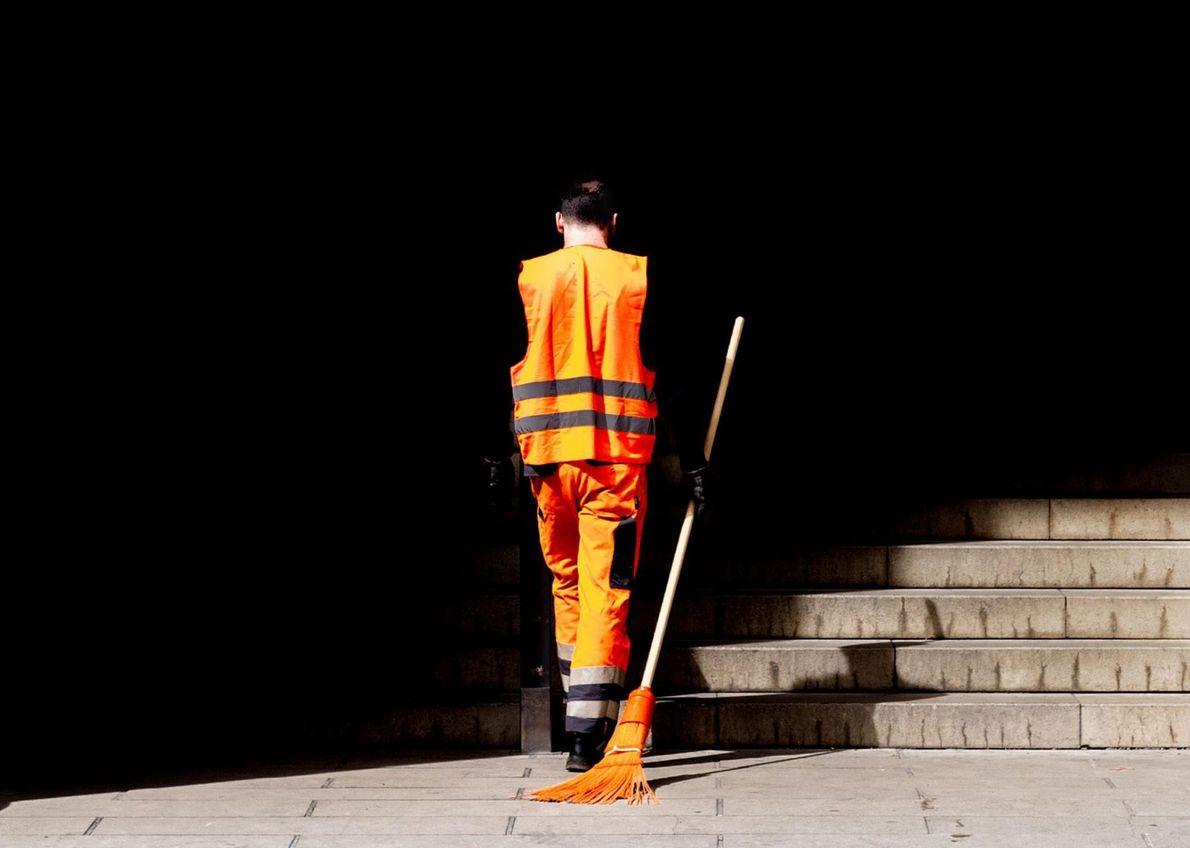 Le orange pimpant de la tenue et du balai de cet agent de nettoyage de Munich ...