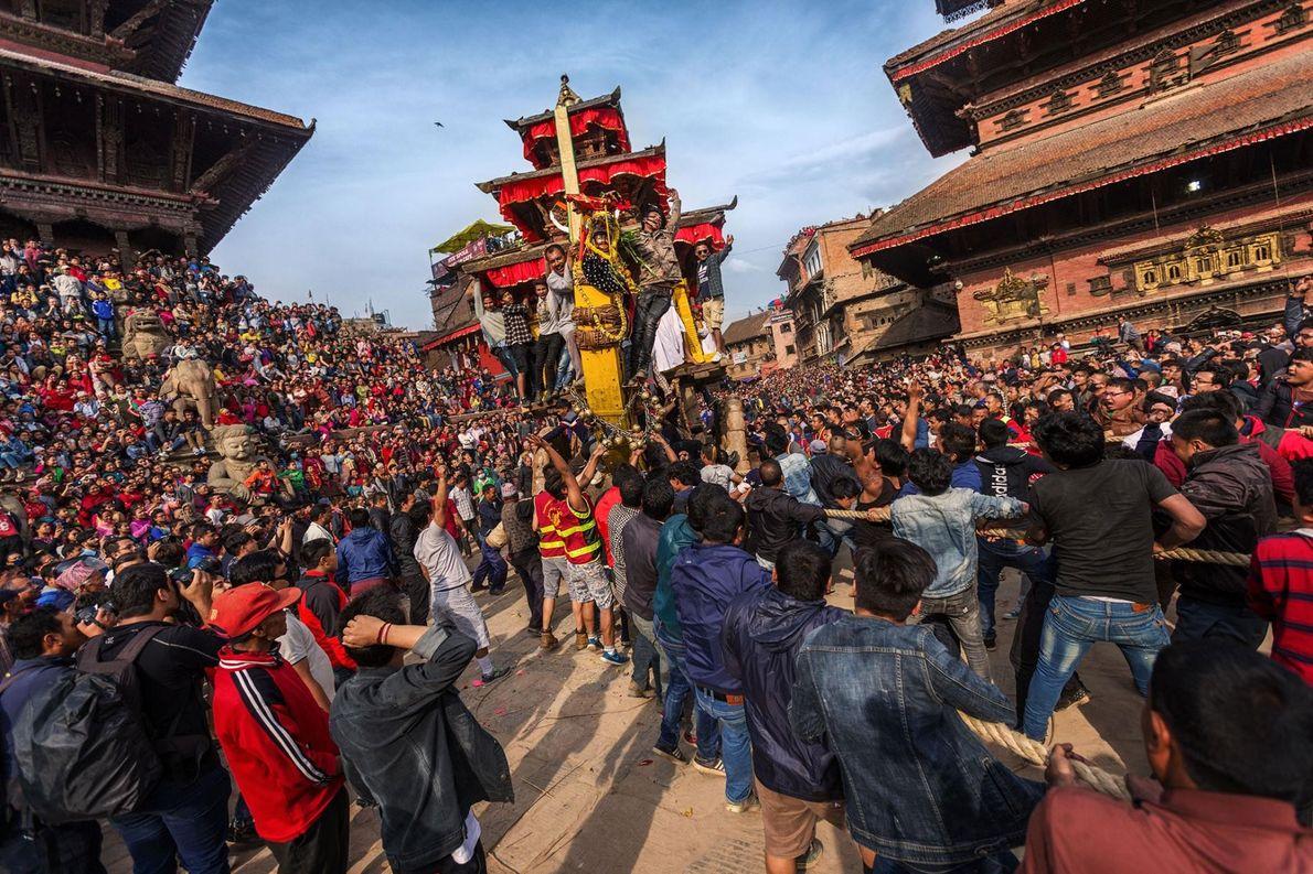 Chaque année, le festival Bisket Jatra, qui célèbre la Nouvelle Année népalaise, attire des milliers de ...