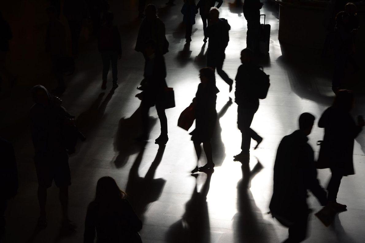 Dans la Grand Central Station, les silhouettes et les ombres des New-yorkais qui se rendent au ...