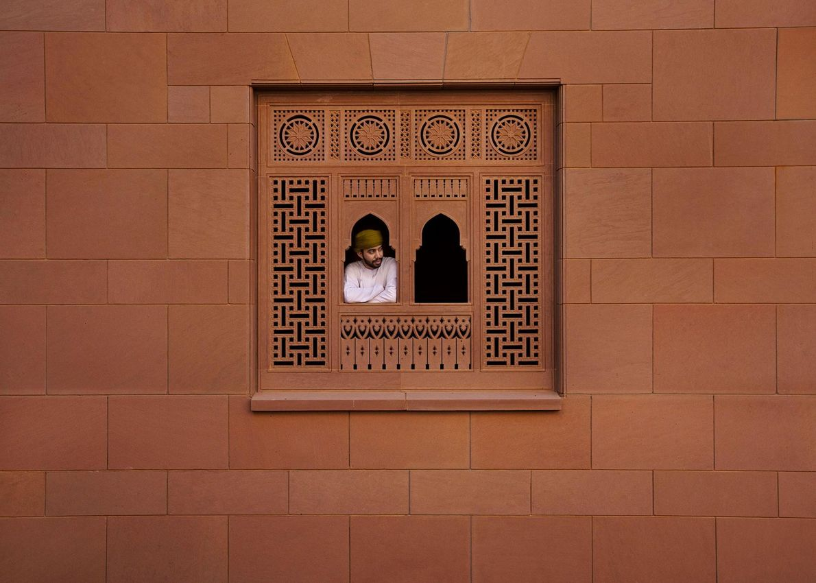 Imposante, la Grande Mosquée du Sultan Qaboos, qui est la mosquée principale d'Oman, domine la ville ...