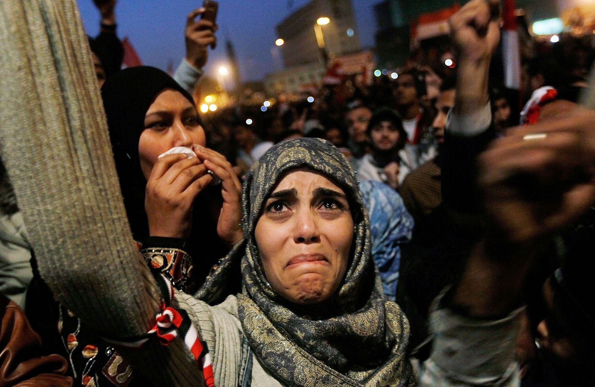 Sur la Place Tahrir, une jeune femme pleure après l'annonce de la démission du président égyptien Hosni Mubarak, conséquence de 18 jours de manifestations massives dans la région.