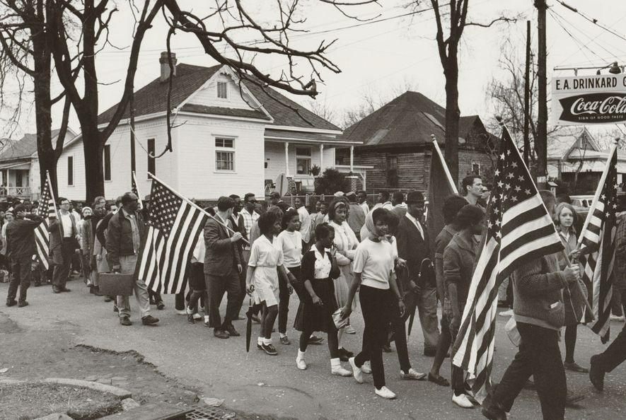 Des militants des droits civiques participent à l'une des trois marches entre Selma et Montgomery qui ont eu lieu en 1965 dans l'Alabama. Les jeunes ont également participé à ces manifestations, qui furent essentielles à l'adoption de la Voting Rights Act, une loi interdisant les pratiques discriminatoires menées à l'encontre des personnes de couleur lors des élections.