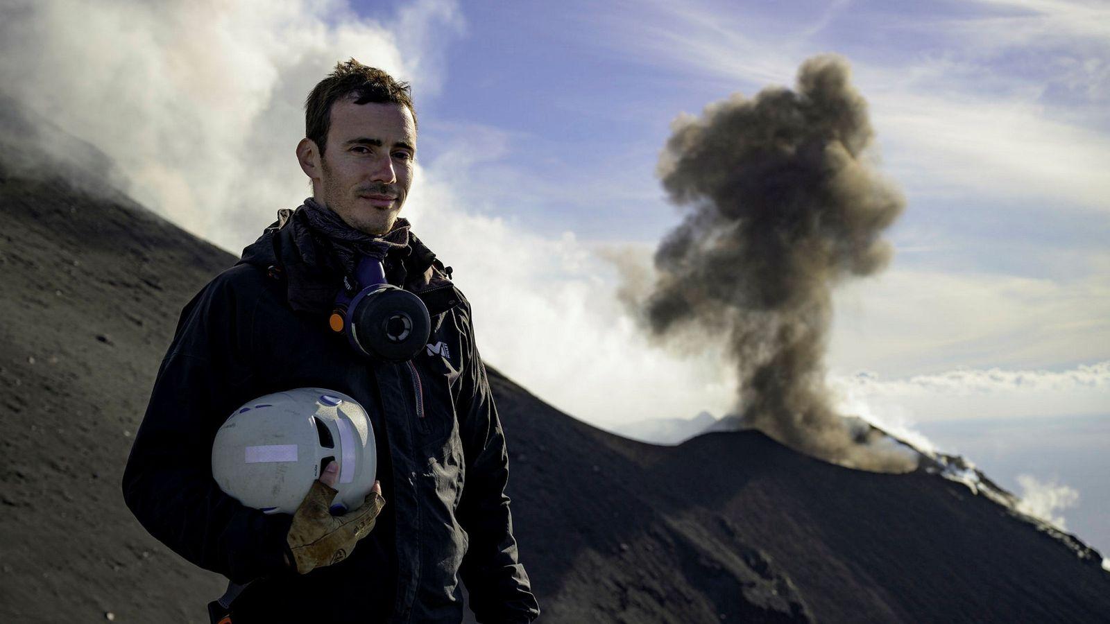 Le volcanologue français Yves Moussallam près du cratère du Stromboli, en Italie, l'un des volcans les ...
