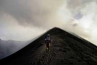 Yves Moussallam arpentant le Stromboli. L'île volcanique italienne fait partie des îles éoliennes.