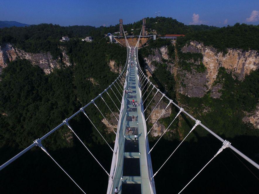 Le Zhangiajie Glass Bridge, ce pont de verre impressionnant, long de 400 mètres et situé dans ...