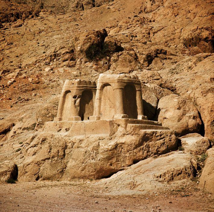 Les autels de feu occupaient une place importante dans la foi zoroastrienne, la religion de l'Empire ...