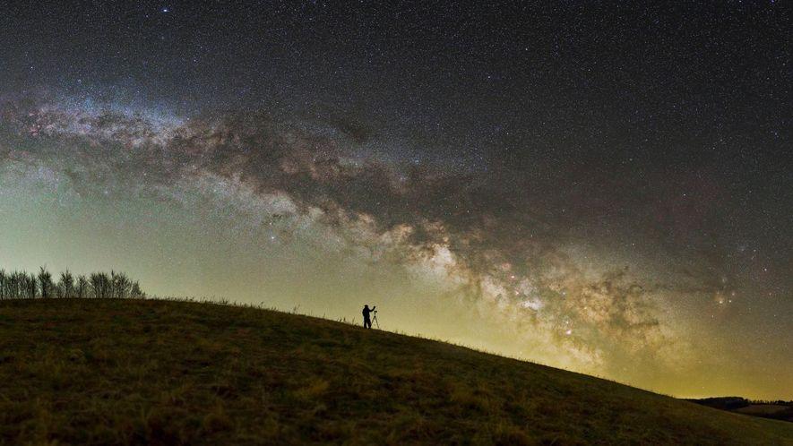 Un photographe s'installe sous les étoiles de la Zone de protection paysagère du Zselic en Hongrie.